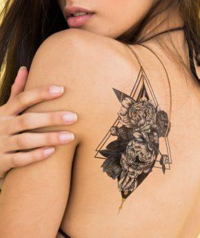 tatuaje temporal triangulo rosal modelo feel tattoo
